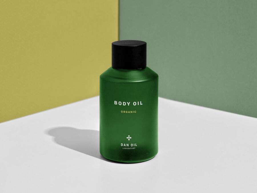 Free Body Oil Bottle Mockup (PSD)